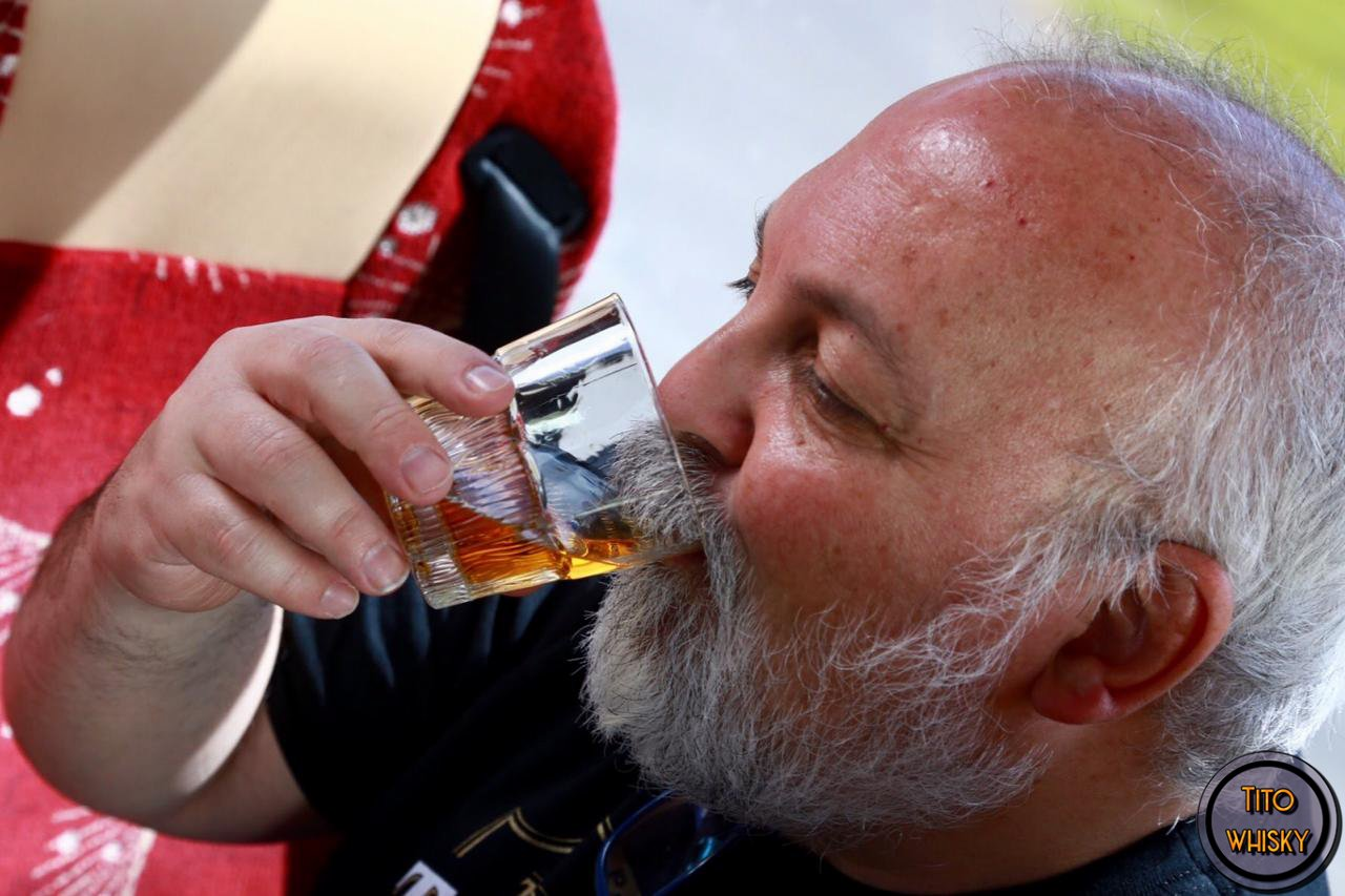 Tito bebiendo whisky