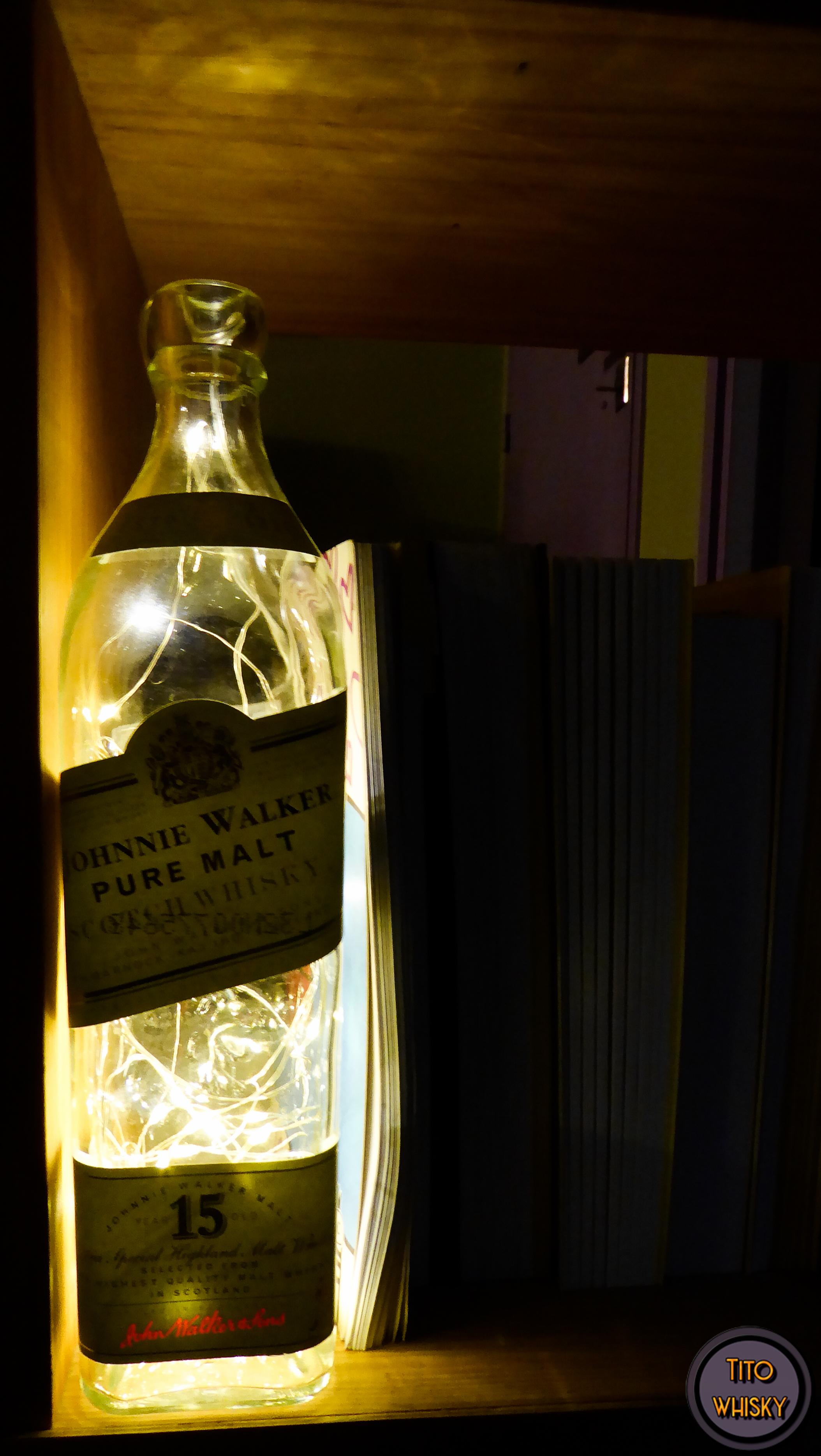 Lampara con botella de whisky