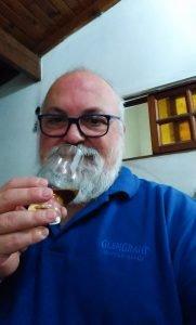 Tito degustando whisky